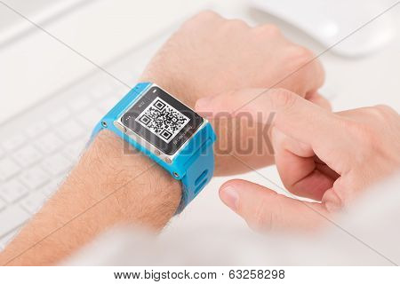 Scanning Quick Response Code With Smart Watch