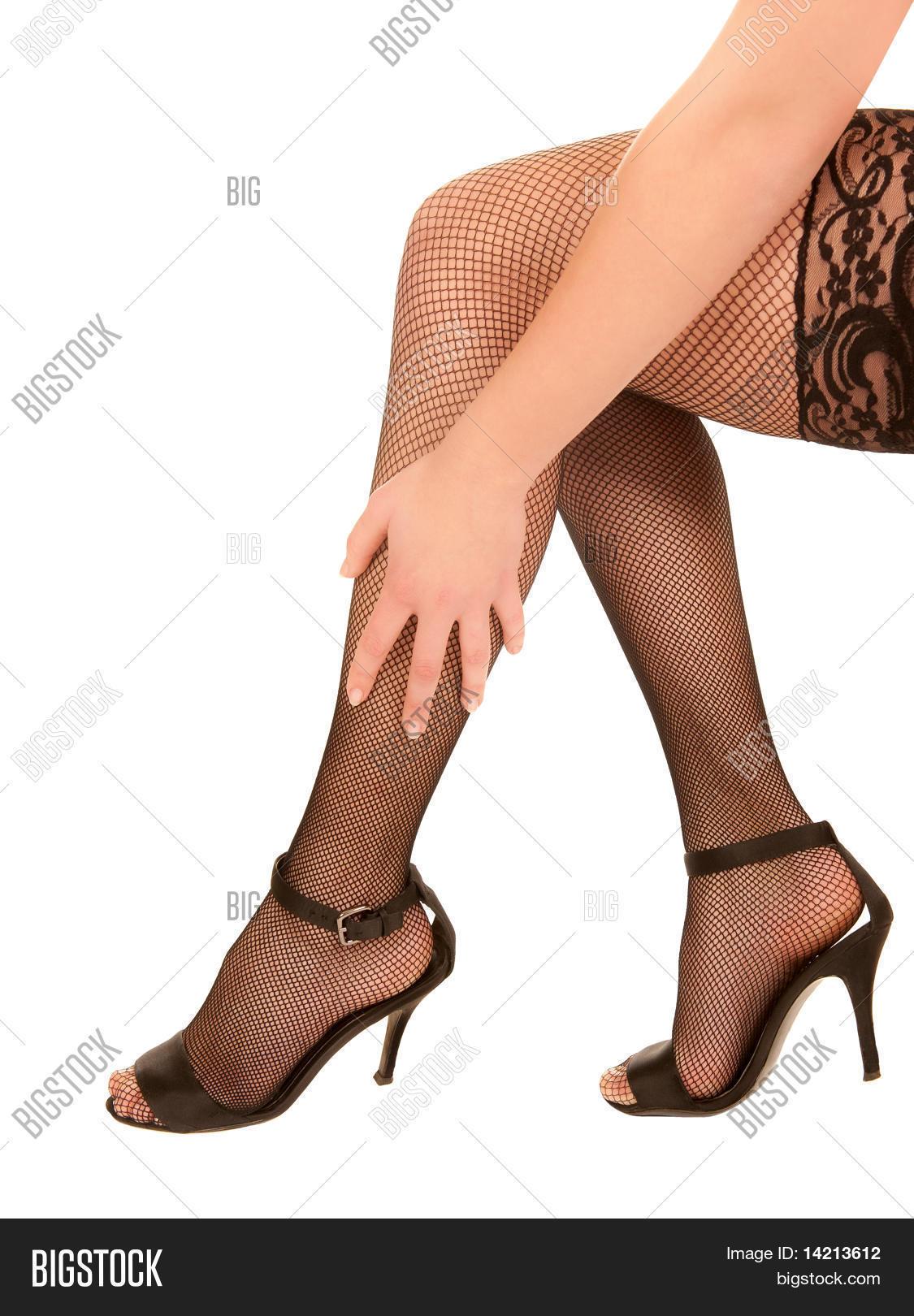 7519cd4823 Piernas de una mujer Sexy en medias negras y zapatos de tacón altos