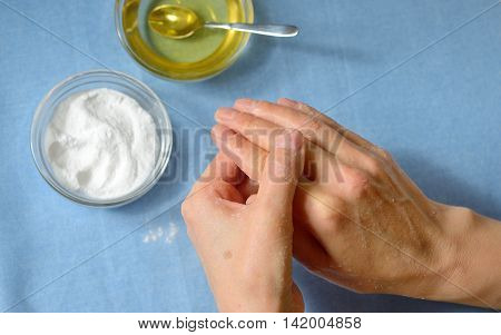 Cleening skin with baking soda and honey