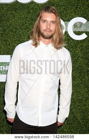 LOS ANGELES - AUG 10:  Drew Van Acker at the CBS, CW, Showtime Summer 2016 TCA Party at the Pacific Design Center on August 10, 2016 in West Hollywood, CA