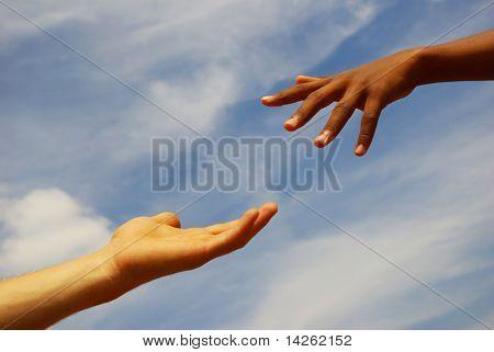 helfende Hand mit dem Himmel Hintergrund