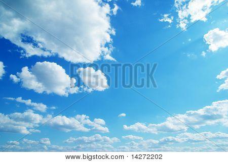 Blauer Himmel Hintergrund mit kleinen Wolken