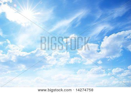 蓝色的天空背景与小小的云