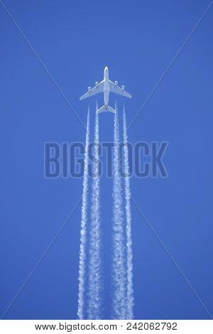 Melbourne, Australia - November 8, 2014: Singapore Airlines Airbus A380-841 Airliner 9v-skb Flying A