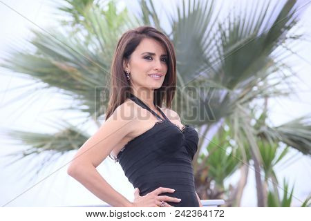 Penelope Cruz  attends the photocall for 'Everybody Knows (Todos Lo Saben)' during the 71st  Cannes Film Festival at Palais  on May 9, 2018 in Cannes, France.