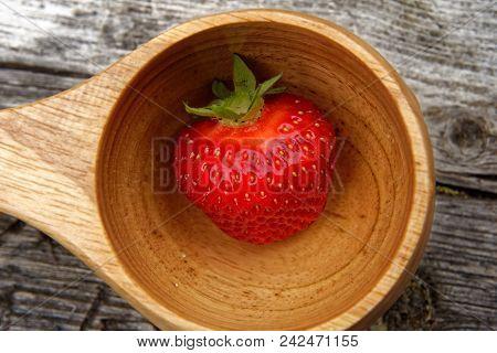 Frische Rote Erdbeere In Einer Holzschale I