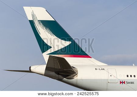 Melbourne, Australia - November 8, 2014: Cathay Pacific Airbus A330-343 Airliner B-lak On Approach T