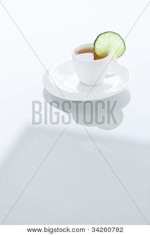 Tasse Tee auf einer Glasoberfläche