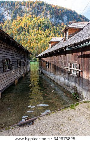 Holzfischerhütte Mit Blick Auf Den Königssee In Schönau In Berchtesgaden.