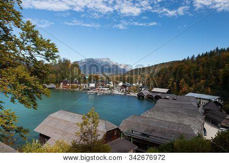 Ausblick über Die Fischerhütten In Schönau Am Königssee.