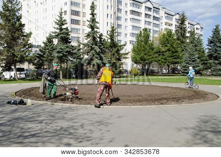 Vladimir, Russia April 30, 2019 Victory Square In Vladimir Flower Beds By Utilities Before Planting