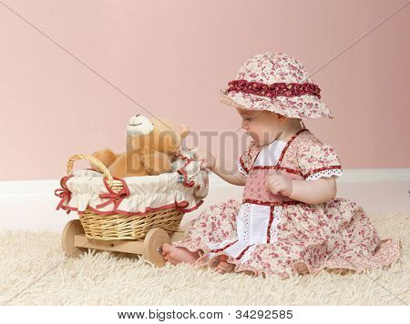 klein kind babymeisje spelen op de verdieping met speelgoed binnenshuis