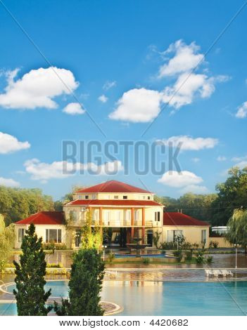 Big House With Swimming Pool In Summer