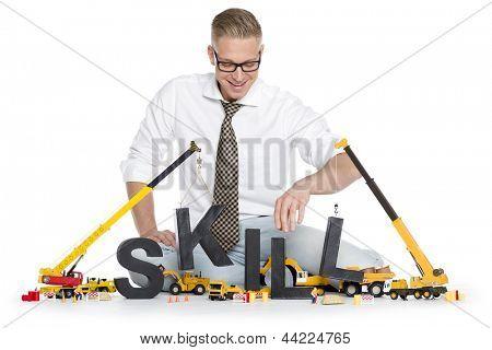 Construcción de concepto de habilidades: empresario alegre la habilidad de la palabra junto a machi de construcción del edificio