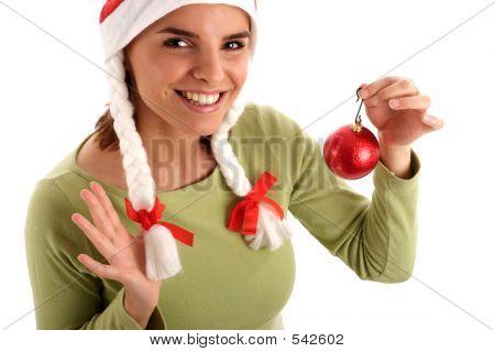 Joven bonita a mujer con bolas de Navidad