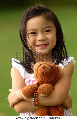 Niña y su oso de peluche