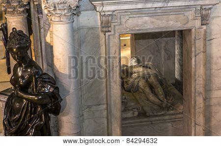 statue of  king Henri II,  in basilica of saint-denis,