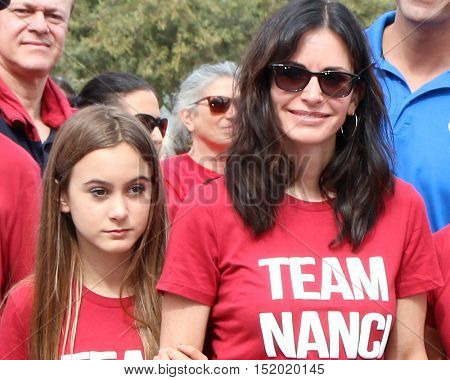 LOS ANGELES - OCT 16:  Coco Arquette, Courteney Cox at the ALS Association Golden West Chapter Los Angeles County Walk To Defeat ALS at the Exposition Park on October 16, 2016 in Los Angeles, CA