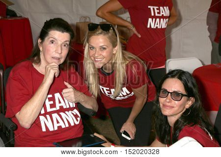 LOS ANGELES - OCT 16:  Nanci Ryder, Reese Witherspoon, Courteney Cox at the ALS Los Angeles County Walk at the Exposition Park on October 16, 2016 in Los Angeles, CA