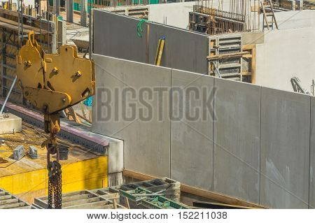 Construction of steel and concrete for the construction of an apartment building and underground parking with precast concrete walls.