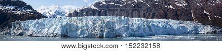 The vast panoramic view of a glacier in Glacier Bay national park (Alaska).