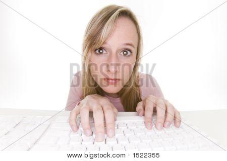 Aburrido a adolescente usando la computadora