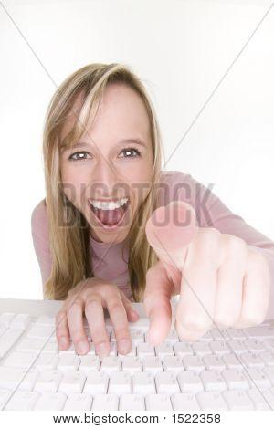 Lachend Teenager mit Computer