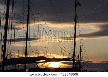 ondergaande zon in de haven van Texel