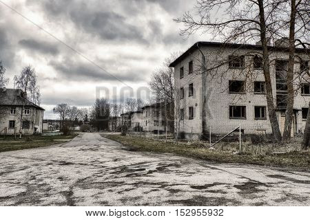 post-apocalyptic town, abandoned houses and empty street