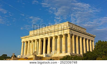 Washington Dc, Usa - July 28, 2018: Visitors On The Steps Of Lincoln Memorial At Sunrise. The Memori