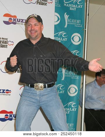 LAS VEGAS - MAY 17:  Garth Brooks at the Buck Owens Announces Legends in Bronze Unveiling at 2005 ACM Awards at Mandalay Bay on May 17, 2005 in Las Vegas, NV