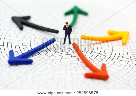 Miniature People: Businessman Thinking To Break The Wall In A Maze. Concepts Of  Problem Solving, Ch