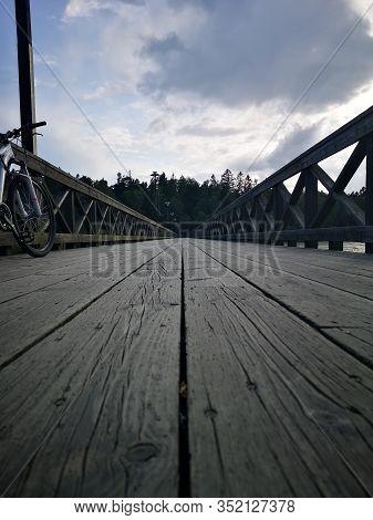 Puente De Madera Con Una Hermosa Bicicleta Al Lado