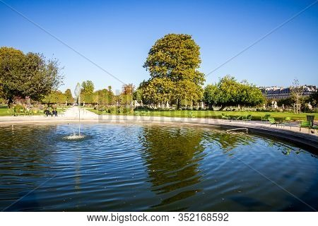 Paris/france - September 10, 2019 : Aisles And Pond Of The Tuileries Garden In Summer Paris, France