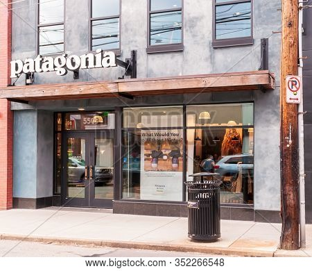 Pittsburgh, Pennsylvania, Usa 2/23/20 The Patagonia Store On Walnut Street In The Shadyside Neighbor