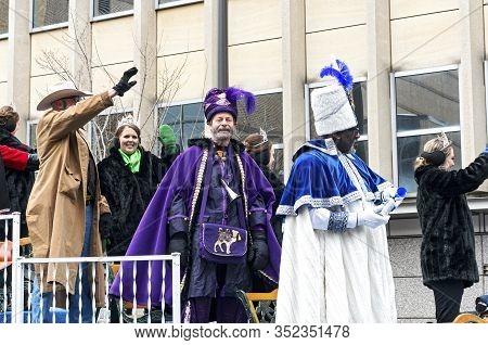 St. Paul, Mn/usa - January 25, 2020: Royalty Of Saint Paul Winter Carnival Atop Float At Annual Gran