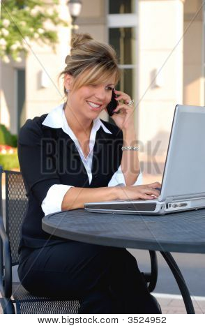 weibliche Geschäftsmann im Freien am Telefon