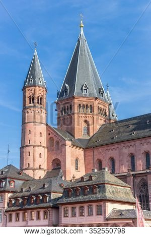 Mainz, Germany - August 04, 2019: Historic Houses And Cathedral Towers At The Market Square Of Mainz