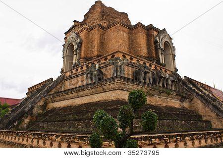 wunderschöne Pagode Wat Chedi Luang Tempel