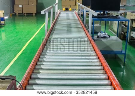 Roller Conveyor, Production Line Conveyor Roller Transportation Objects.