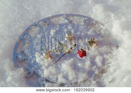 The game in a thimble on New Year's clock in the snow