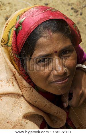 AGRA, Indien - Juni 18: Portrait eine hochrangige indische Frau steht vor der Tempel am 18. Juni 2008