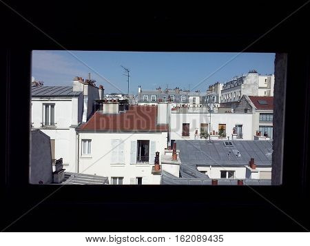veduta dei tetti di parigi da una finestra