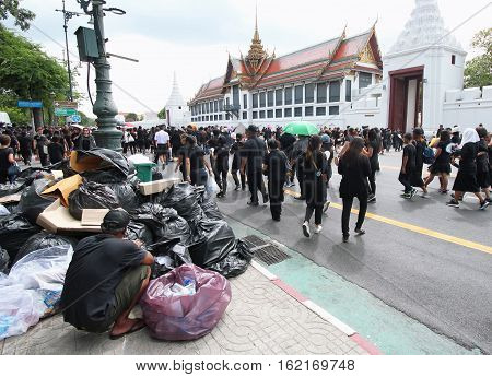 BANGKOKTHAILAND : Garbage men and Movement of Thai people mourners together on the road at Wat Phra Kaew on October 22 2016