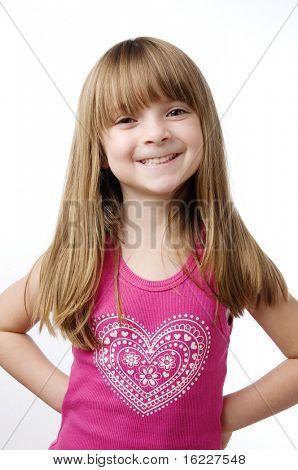 Linda Niña sonriente aislada sobre fondo blanco