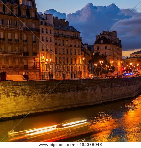 Ile De La Cite In Paris At Night