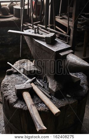Working tool forge consisting of the anvil and hammer