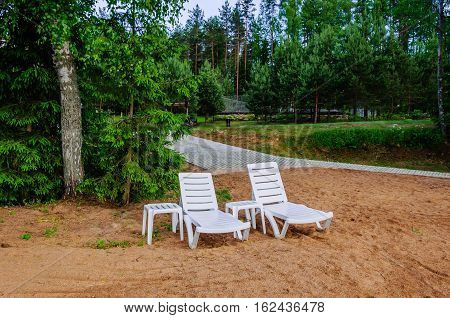 Quiet location on the sandy beach between the trees with two lounge chairs, you can escape and unplugged