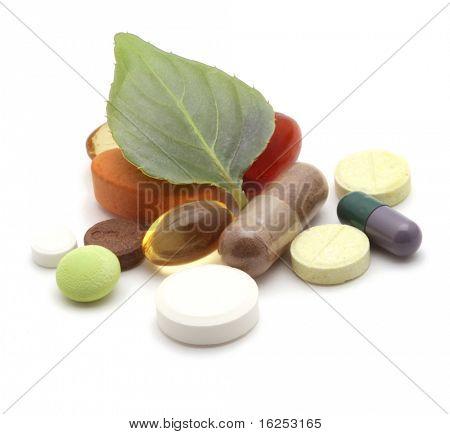 Vitamine, Tabletten und Pillen und grünes Blatt