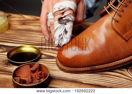Shoes Master Polishing Shoes With Cloth Bull Shoes Glacage .shoes Shining.top View